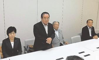 結団式であいさつする斎藤団長(左から2人目) 結団式であいさつする斎藤団長(左から2人目)