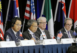 TPP閣僚会合を終え、共同記者会見する甘利TPP相