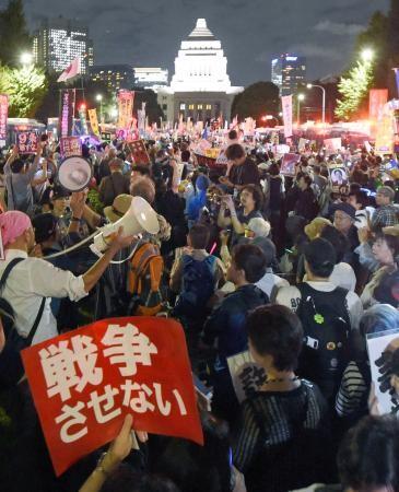 国会に向け、安保関連法案反対を訴える集会参加者=14日夜