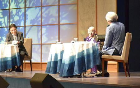 戦後70年特別シンポジウムにパネリストとして参加した瀬戸内寂聴さん(中央)。右は山田洋次さん=3日午後、徳島市