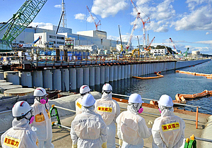 鉄管打ち込み完了後、初めて公開された海側遮水壁=日午後、東京電力福島第一原発