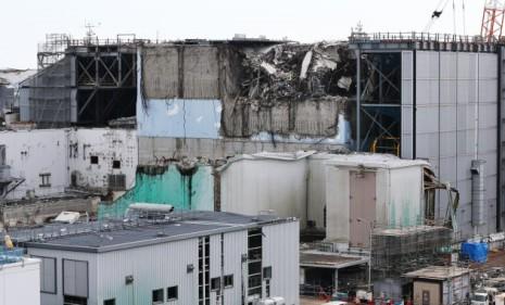 事故の爪痕が残る福島第1原発3号機の上部(9日午後、福島県大熊町)