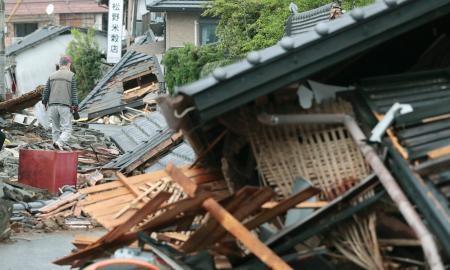 地震の爪痕が残る熊本県益城町の住宅街=23日午後4時52分