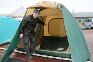 被災者に使ってもらおうとテント村を開設した登山家の野口健さん=24日、益城町総合運動公園