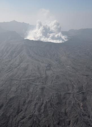 阿蘇山の中岳火口20センチ沈む