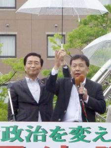 枝野幸男幹事長と共産党の山下芳生副委員長