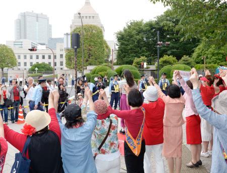 安保法反対訴え、女性ら国会囲む