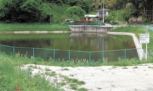 試験的な除染が行われたため池。底土を吸引、浄化する工法が採られた=福島県川俣町