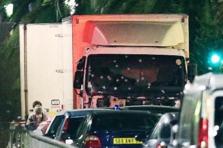 仏ニースのテロ、死者84人