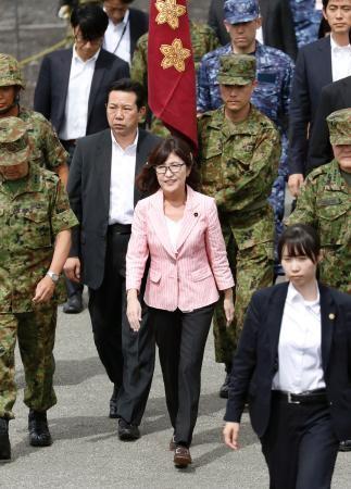 陸上自衛隊の「富士総合火力演習」の視察に訪れた稲田防衛相
