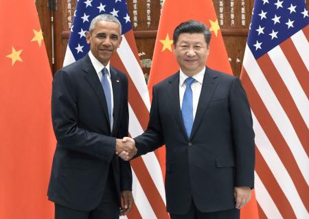 会談を前に握手を交わすオバマ米大統領(左)と中国の習近平国家主席0